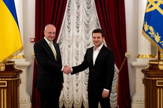 Новий посол ЄС передав вірчі грамоти Зеленському